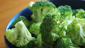 Un recipiente con brócoli.