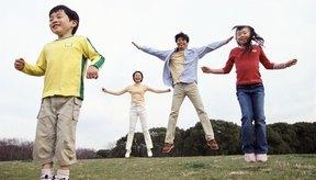 Los saltos de tijera son un ejercicio aeróbico excelente como calentamiento.
