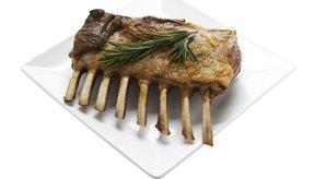 Puedes reducir el consumo de carne roja para ayudar a reducir el colesterol.