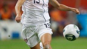 Alex Morgan del equipo nacional femenino de Estados Unidos corriendo con la pelota.