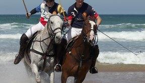 Los jugadores de polo Andy Burgess y Major Ben Marshal practican para un partido de polo en las playas inglesas.