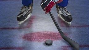 Un jugador de hockey hace un tiro para anotar un tanto.