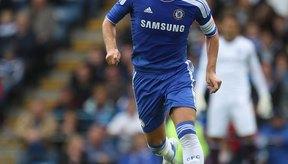 El capitán del Chelsea John Terry demuestra sus habilidades después de recuperarse de una lesión de un disco.