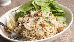 Un plato de arroz integral con una ensalada de espinacas frescas.