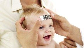 Las formas más fiables para medir la temperatura de un bebé son por vía rectal o en el oído.