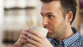 Hombre bebiendo una taza de café.