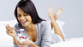 Intenta consumir 2,200 calorías al principio y haz ajustes según sea necesario.