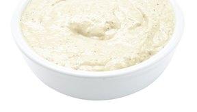 En vez de usar mayonesa, utiliza hummus para untar en los emparedados.