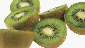 La cáscara marrón de un kiwi es comestible.