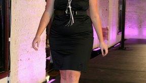 Modelo con cuerpo tipo rectángulo caminando por la pasarela para el concurso de modelos City Chic en Sidney, Australia.