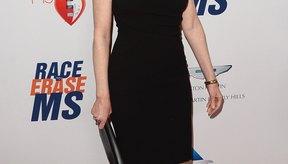 La actriz  Marg Helgenberger sobre la alfombra roja, al usar un pequeño vestido negro.