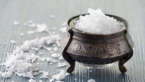 Quienes proponen la limpieza con sal marina recomiendan que utilices sal desionizada orgánica.