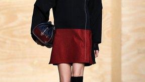 La modelo se ve deportiva con una falda y botas de equitación en la pasarela Proenza Schouler Fall 2012 en la ciudad de Nueva York