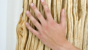 Si lavas platos o tienes las manos sumergidas en agua todo el día, puedes sufrir de manos resecas.