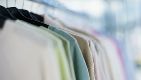 Las perchas de plástico y alambre pueden dejar abultamientos en los hombros de tus suéteres.
