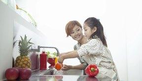 Lava y desinfecta los alimentos que ingerirás crudos.