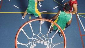 Los jugadores de baloncesto mueven la pelota alrededor de la cancha para encontrar un tiro abierto.