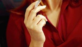 El tabaquismo aumenta el riesgo de bronquitis crónica y cáncer de pulmón.