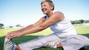 El medio plegamiento hacia delante estira la parte posterior de las piernas y los glúteos.