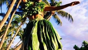 Las mujeres hula a menudo usan materiales de plantas en sus vestuarios.