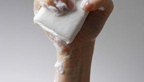 Algunas personas piensan que el uso de jabones fuertes ayudará a mudar la piel escamosa y aliviar el picor.