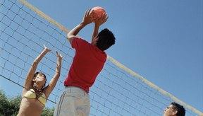 La pelota de voleibol playero es un poco más grande que la de voleibol interior.