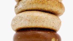 Los bagels vienen en distintos tamaños y sabores.
