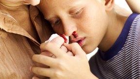 El picarse la nariz es una causa común del sangrado nocturno.
