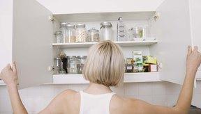 Mantén suministros de comida y agua de más en tus alacenas durante la temporada de huracanes.