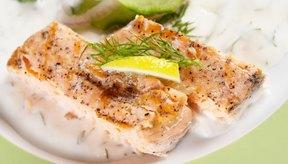 El pescado escalfado se cocina en un líquido hirviendo para un plato saludable.