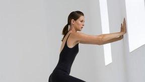Jugar a empujar una pared es otro ejercicio isométrico.