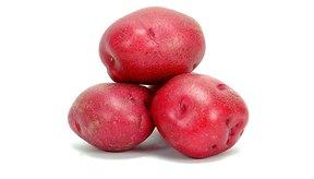 Haz una guarnición de patatas rojas horneadas sin revuelo en paquetes de papel de aluminio.