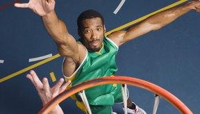 Ser más alto puede ayudarte a tener ventaja sobre los oponentes en el baloncesto.