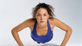 Las flexiones de brazo fortalecerán tus músculos, pero no provocarán una pérdida de peso significativa por sí solas.