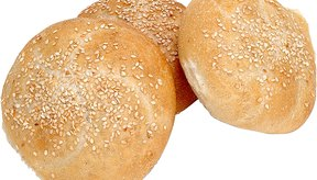 Los bollos de pan blanco proveen calorías, pero pocos nutrientes.