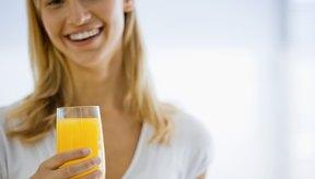 Mujer bebiendo jugo de naranja.