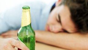 Tomar mucho alcohol puede llevar a desmayos y tensiones en tus relaciones.