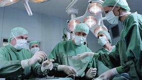 Cirujanos llevando a cabo una cirugía.