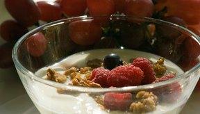 Añade granola y fruta al yogur para hacerlo más sabroso y nutritivo.