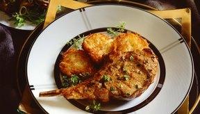 Una cena con chuletas de cerdo y vegetales es rica con proteínas, fibra dietaria y vitaminas.