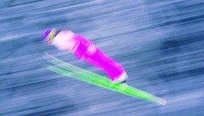 La inclinación hacia delante del esquiador incrementa la resistencia al viento.