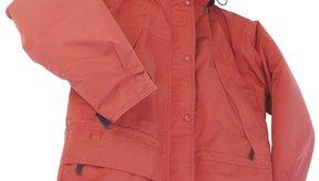Vuelve a aplicarle un producto impermeabilizante a un abrigo para lluvia en cuanto ya no se formen gotas sobre su superficie.
