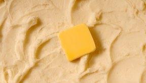 La mantequilla aumenta el contenido graso del puré de papas casero.