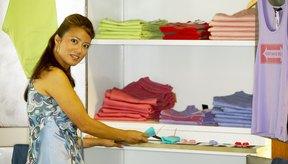 La organización es fácil cuando las camisetas con tirantes delgados se doblan apropiadamente.