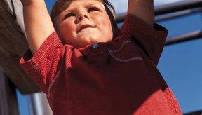 Los niños pueden fortalecer los músculos de los brazos en las barras trepadoras.