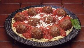 Espaguetis con albóndigas y queso es un plato de alta energía con carbohidratos, grasas y proteínas.