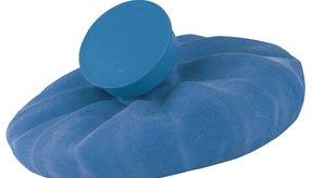 La aplicación de compresas frías puede ayudar a disminuir los moretones.