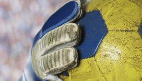 Un arquero podría no sostener una pelota que está más allá de la línea del área de gol.