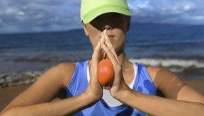 Usar una pelota antiestrés ayuda a que fortalezcas manos y brazos.