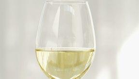 Una botella de 750 ml de vino tiene aproximadamente 5 medidas de 150 ml (unas 5 onzas líquidas).